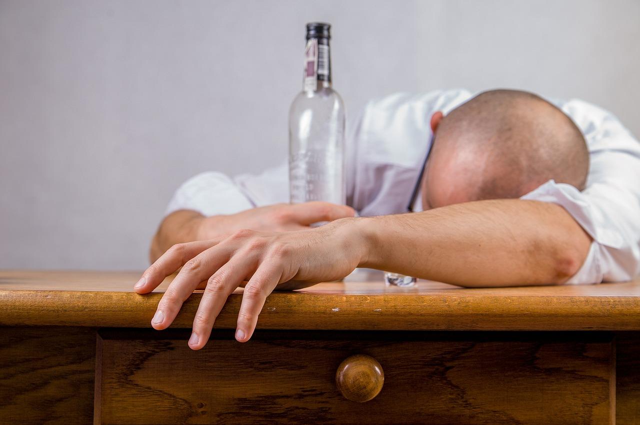 二日酔い防止で翌日すっきり!水素水とウィスキーは酒癖悪い人もおすすめ